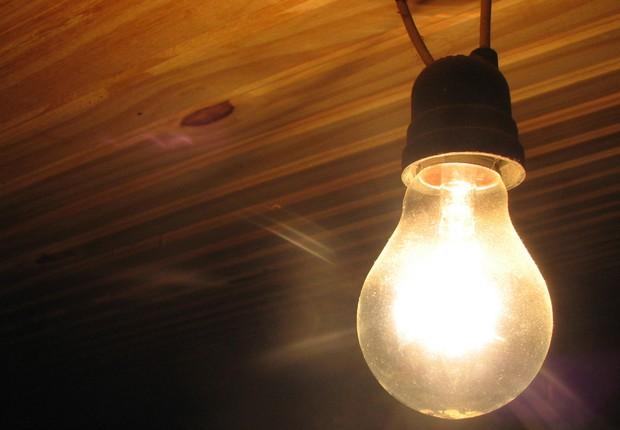 lampada 2 - CONCESSIONÁRIA DE ENERGIA ELÉTRICA NÃO PODE EXIGIR APRESENTAÇÃO DE ESCRITURA PÚBLICA DO IMÓVEL COMO CONDIÇÃO PARA O FORNECIMENTO DE ENERGIA
